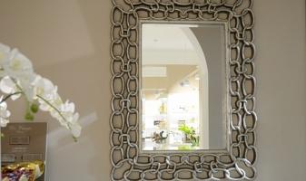 Большой ассортимент зеркал в декоративных рамках от классики до модерна